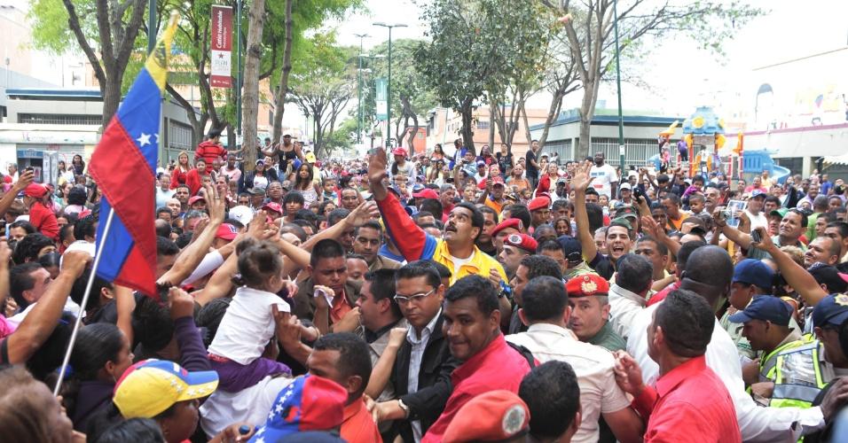 16.mar.2013 - Nicolás Maduro, presidente interino da Venezuela e candidato às eleições de 14 de abril, convocadas após a morte de Hugo Chávez, cumprimenta eleitores durante campanha em Caracas