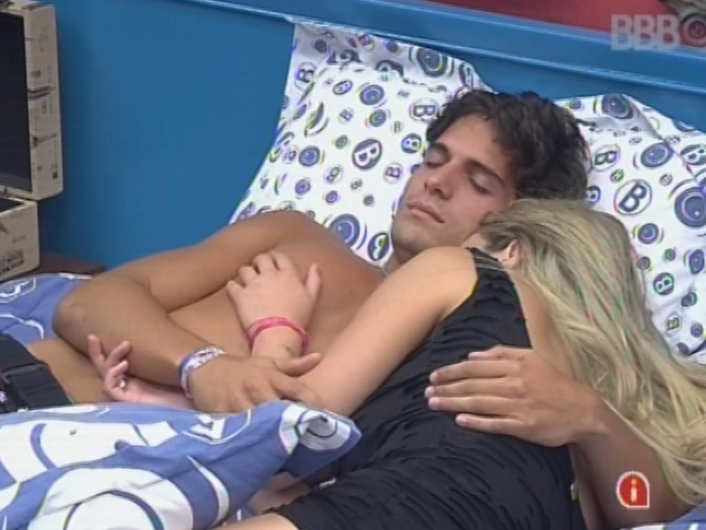 17.mar.2013 - Fernanda chora abraçada com André após formação do paredão que colocou os dois na berlinda