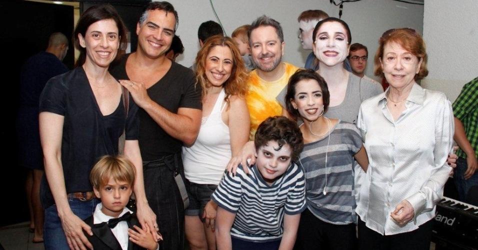 """17.mar.2013 - Fernanda Montenegro e sua filha Fernanda Torres visitam bastidores do musical """"Família Addams"""", no Rio de Janeiro"""