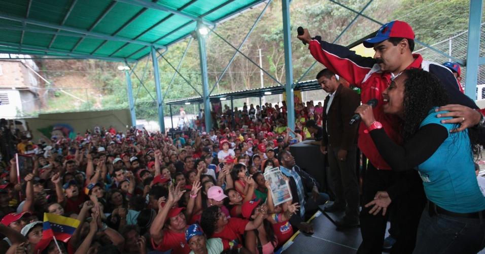 17.mar.2013 - Nicolás Maduro, presidente interino da Venezuela e candidato às eleições de 14 de abril, convocadas após a morte de Hugo Chávez, cumprimenta eleitores durante campanha em Caracas