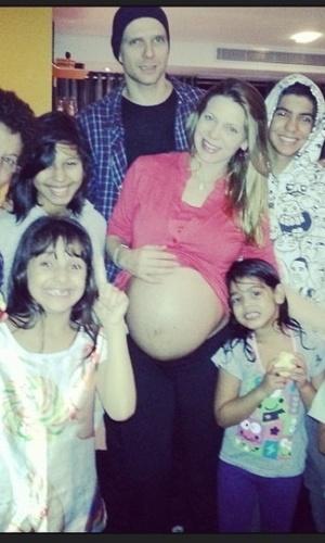 17.mar.2013 - Sheila Mello e Xuxa aguardam em família a chegada de Brenda