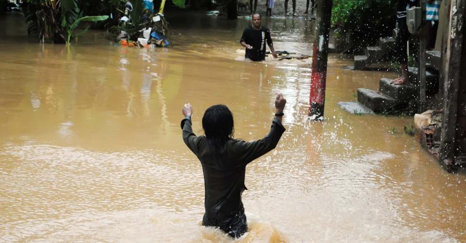 18.mar.2013 - A chuva deixou ruas alagadas na região de Santa Cruz da Serra, na cidade de Duque de Caxias (RJ), nesta segunda-feira (18)
