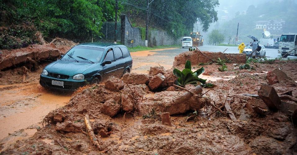 18.mar.2013 - A chuva que atinge Petrópolis (RJ) desde o domingo (17) provocou deslizamentos de terra no bairro Quitandinha. Até esta segunda-feira (18), 16 mortes foram confirmadas na cidade, localizada na região serrana do Rio de Janeiro