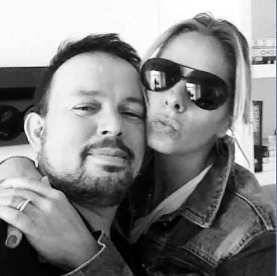 18.mar.2013 - Adriane Galisteu faz biquinho ao lado de seu