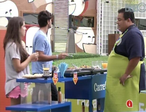 18.mar.2013 - Andressa e André fazem compras para mansão do