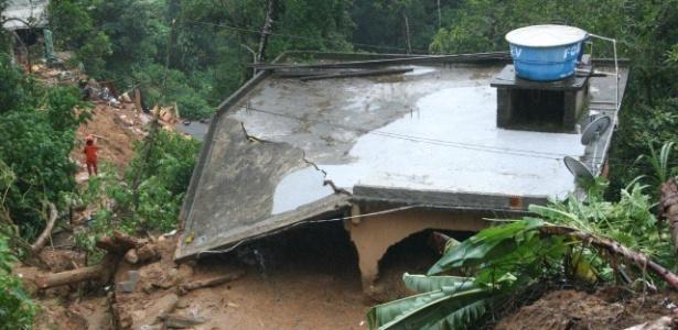 Casa desabou no bairro Quitandinha, em Petrópolis, com as chuvas que atingem a cidade na região serrana do Rio
