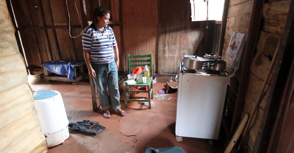 18.mar.2013 - Desempregada Josefa Patricia Cavalcanti, 37, tem casa na comunidade Pilões, em Cubatão (SP), inundada com enchente pela segunda vez em menos de 30 dias. Ela observa bens que ganhou após a primeira enchente de fevereiro inundar sua residência