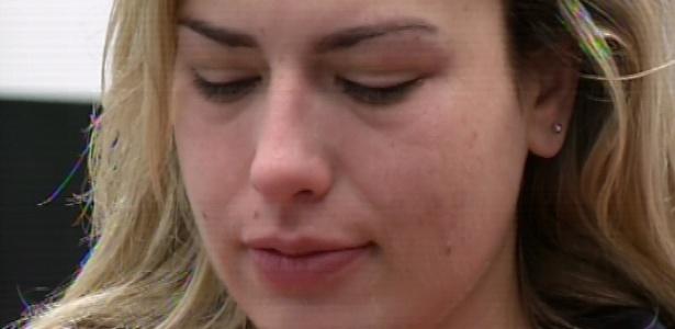 18.mar.2013 - Emparedada, Fernanda chora