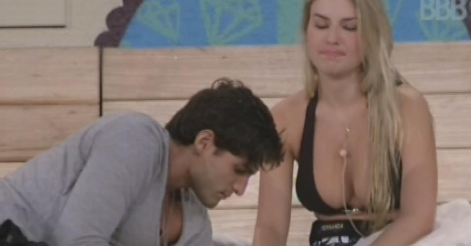 18.mar. 2013 - Fernanda e André brincam com papel alumínio e falam sobre a conversa da sister com Andressa