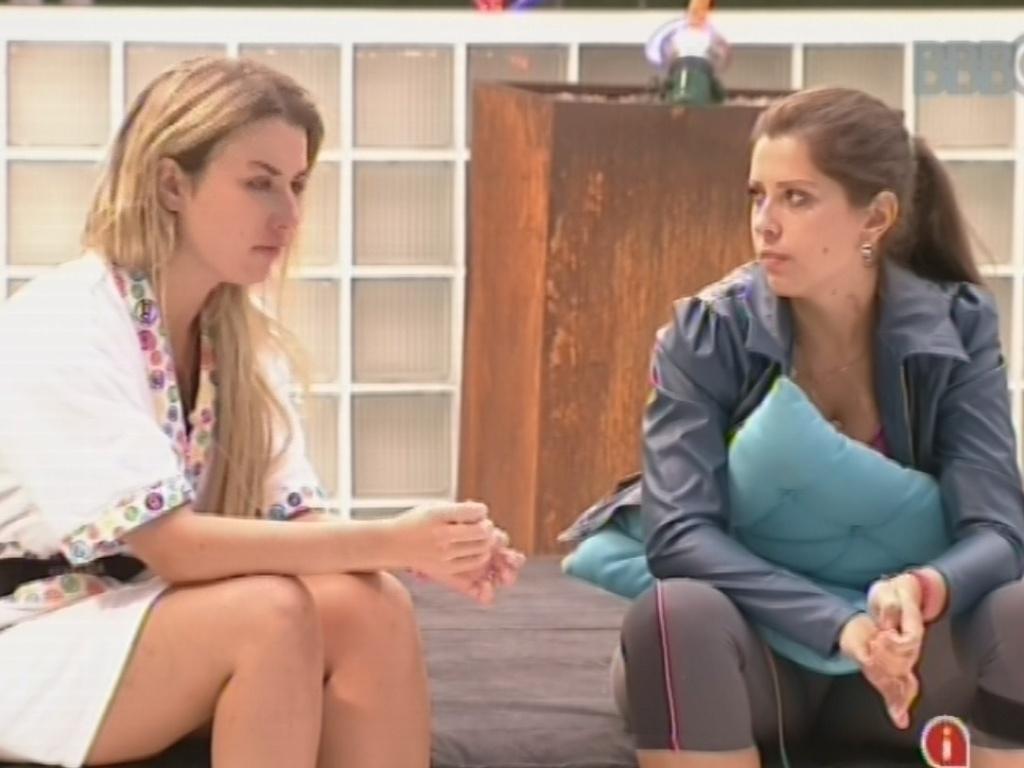 18.mar.2013 - Fernanda e Andressa conversam sobre o voto da paranaense na amiga