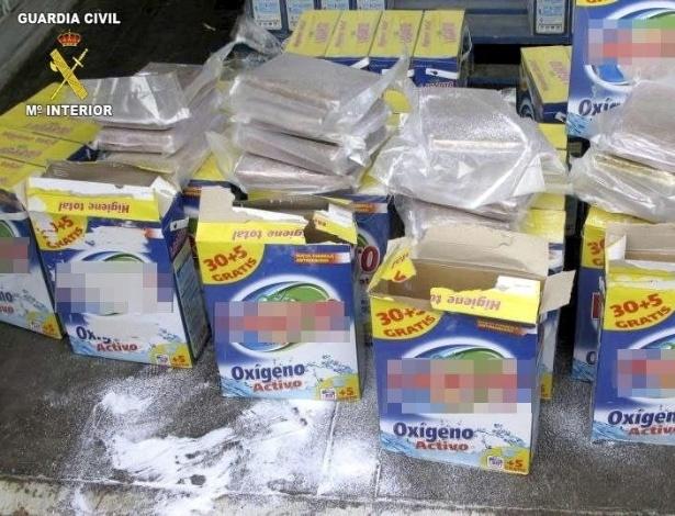 18.mar.2013 - Guarda Civil espanhola apreende embalagens de detergentes onde drogas eram escondidas. Foram ainda encontrados entorpecentes dentro de latas de cerveja, em próteses mamárias, entre outros produtos. Segundo a Unidade Central Operativa, braço da polícia civil no combate às drogas, a Espanha é um constante local de passagem de drogas