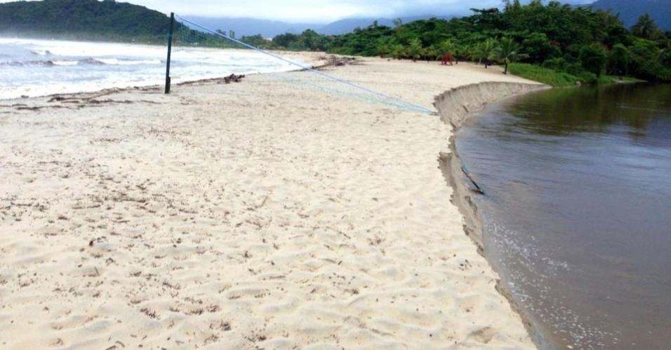 18.mar.2013 - Imagem publicada no Facebook mostra rede de vôlei parcialmente submersa na praia de Barra do Una, no litoral paulista