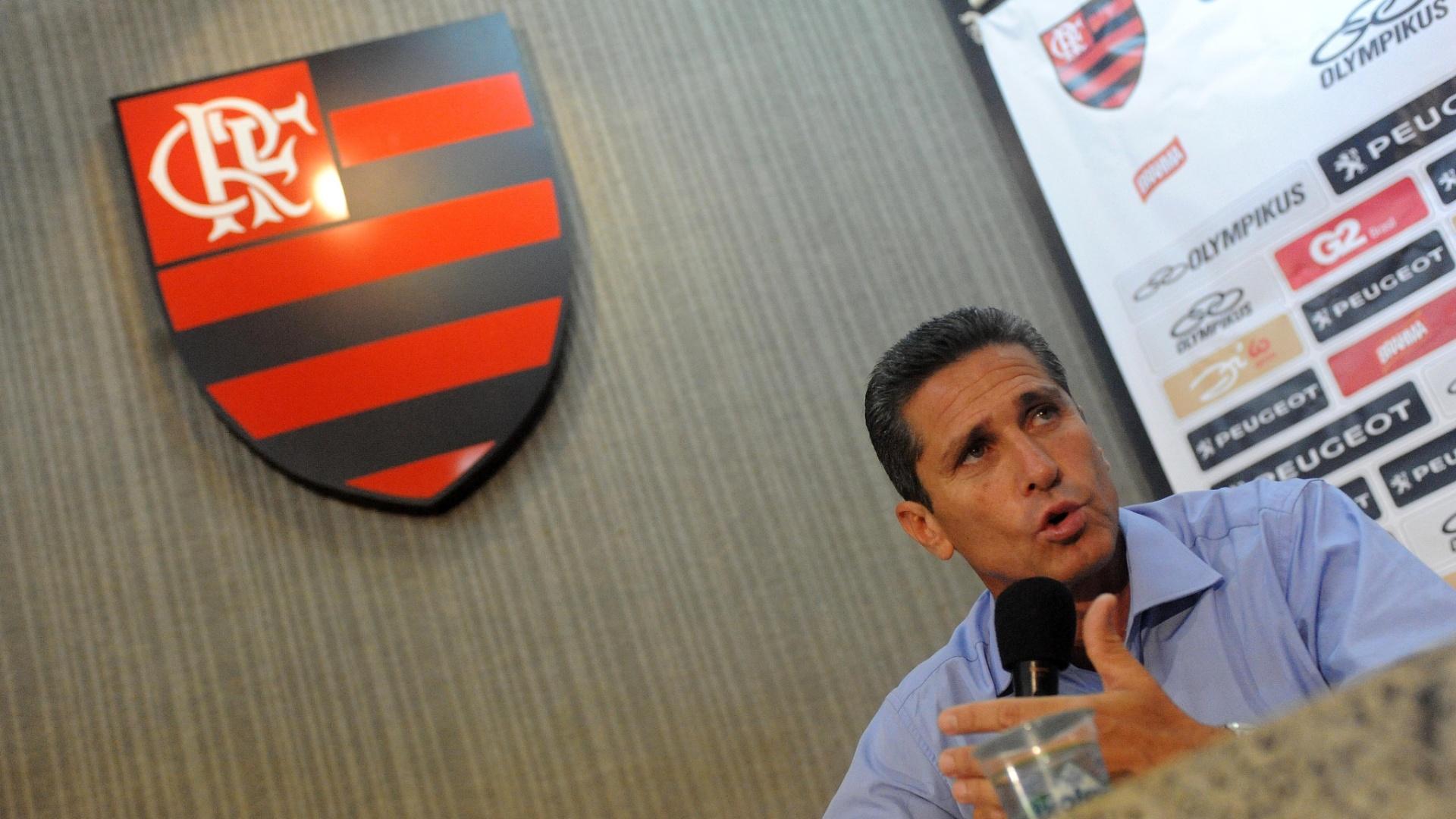 18.mar.2013 - Jorginho é apresentado como novo treinador do Flamengo; ele assinou até 2014 com o time carioca