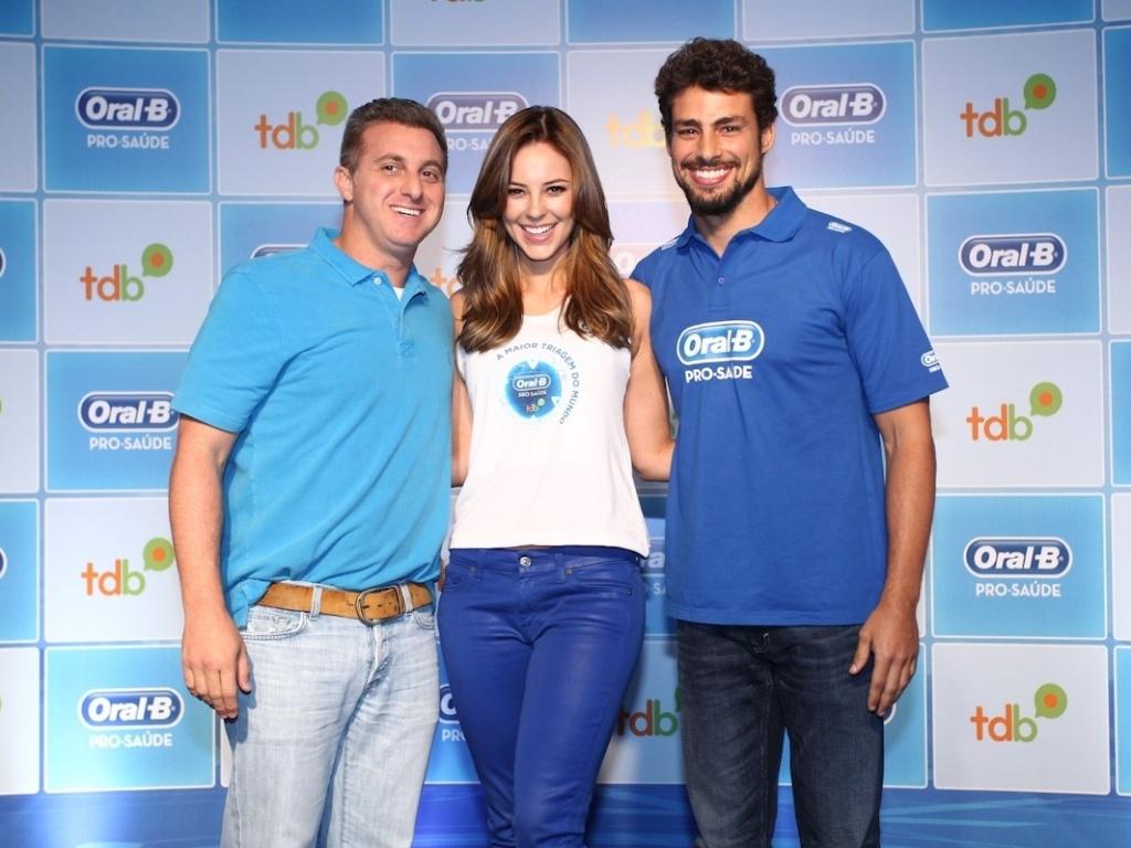 18.mar.2013 - Luciano Huck, Paolla Oliveira e Cauã Reymond participaram da ação