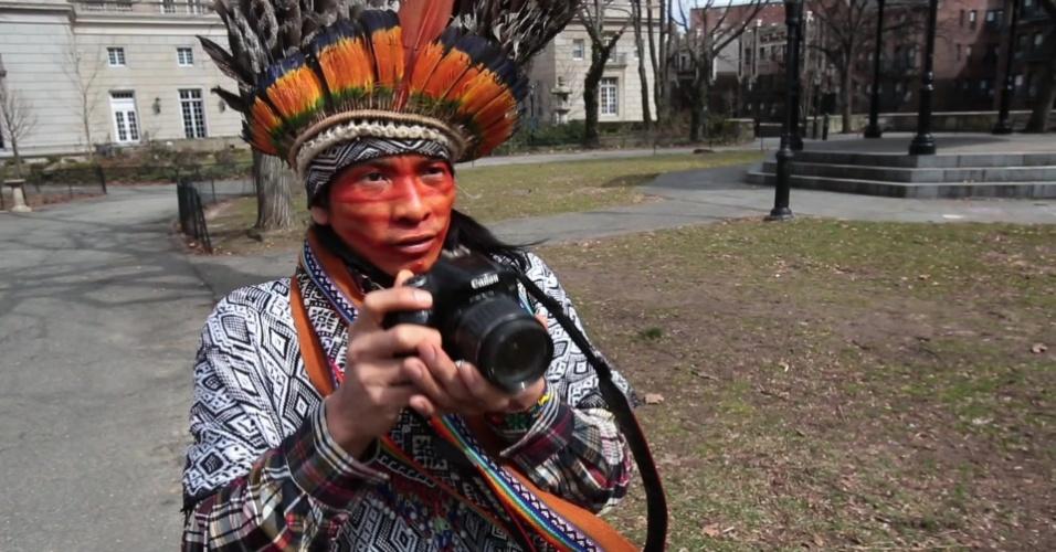 18.mar.2013 - O ativista, líder indígena e cineasta Nilson Tuwe Huni Kui, 29, está vivendo, por nove meses, um cotidiano muito distinto da sua realidade, na cidade de Nova York. Ele vem do povo indígena Kaxinawá, também conhecido como Huni Kiu, de uma aldeia na região amazônica do Acre, com apenas 600 habitantes. Fascinado por tecnologia e por imagens, o jovem líder indígena está na metrópole americana para aprender inglês