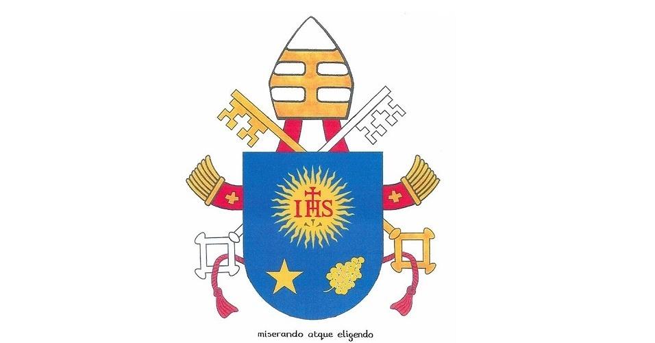 """18.mar.2013 - O brasão do papa Francisco, divulgado nesta segunda-feira (18) pelo Vaticano. O escudo azul inclui a mensagem """"Miserando atque eligendo"""" (""""Com misericórdia o chamou"""", em latim), e é coberto por símbolos da dignidade pontifícia, iguais aos de Bento 16 (mitra posicionada entre chaves de ouro e prata entrecruzadas, unidas por um cordão vermelho)"""