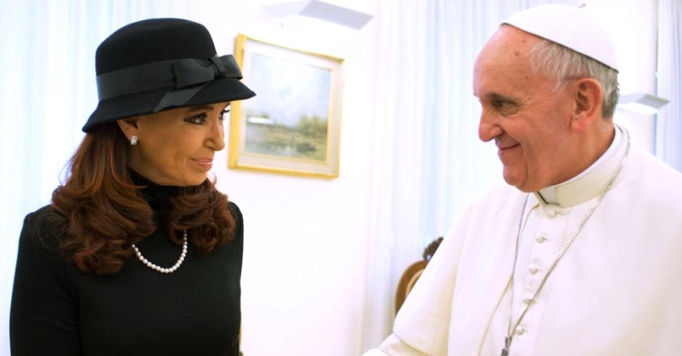 18.mar.2013 - O papa Francisco encontra a presidente da Argentina, Cristina Kirchner, no Vaticano. O encontro com a compatriota foi o primeiro do sumo pontífice com chefes de estado. Presidentes de várias nações assistirão a missa de inauguração do novo pontífice, que acontece nesta terça-feira (19) no Vaticano. A presidente Dilma Rousseff já está em Roma e também vai se encontrar reservadamente com o papa