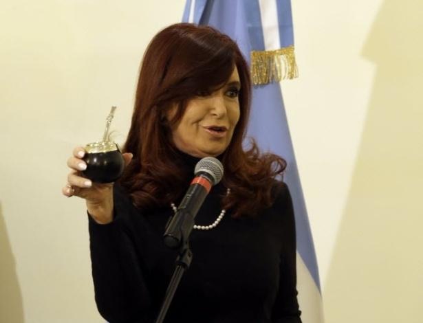 18.mar.2013 - Presidente da Argentina, Cristina Kirchner, exibe cuia de chimarrão que trouxe de seu país para dar de presente ao papa Francisco, durante encontro dos dois no Vaticano