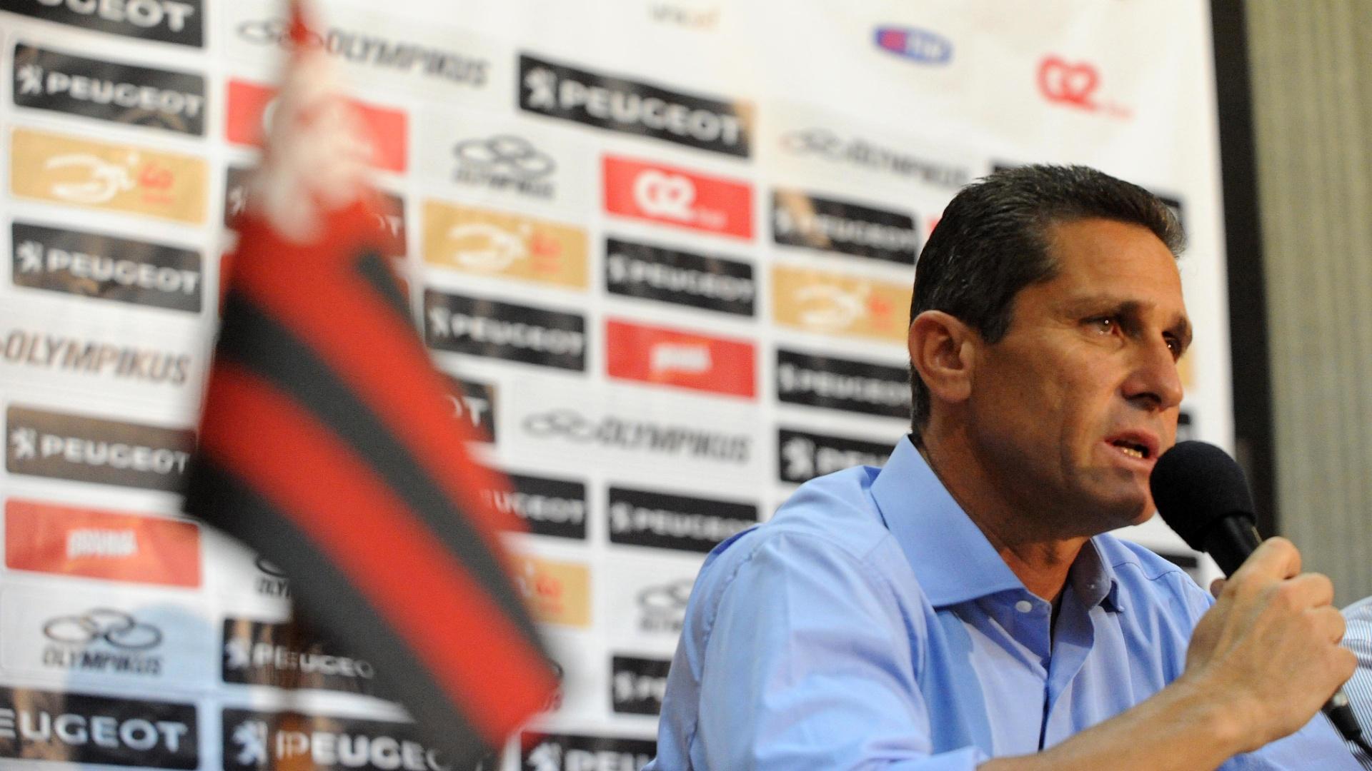18.mar.2013 - Treinador Jorginho comanda seu primeiro treino no Flamengo na tarde desta segunda-feira, no Ninho do Urubu