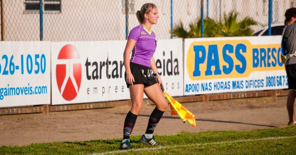 À beira do gramado, bandeirinha Fernanda Colombo observa à partida em Santa Catarina