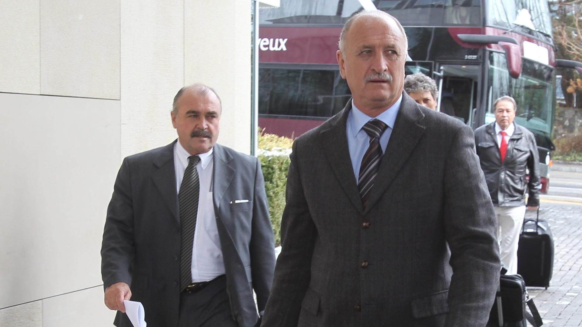 Acompanhado de Mustorsa, o técnico Felipão chega ao hotel na Suíça