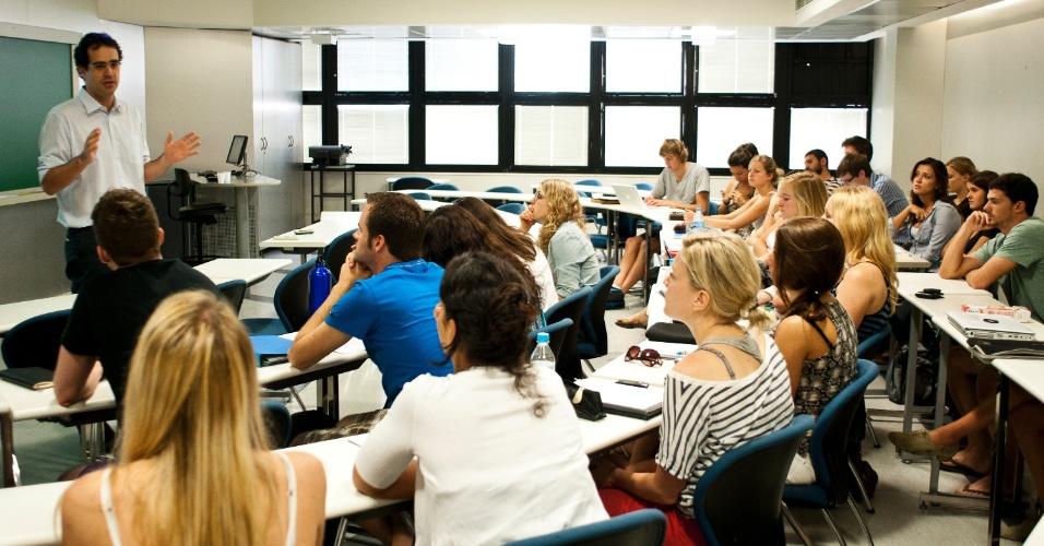 Aula de mestrado profissional com professor em sala de aula