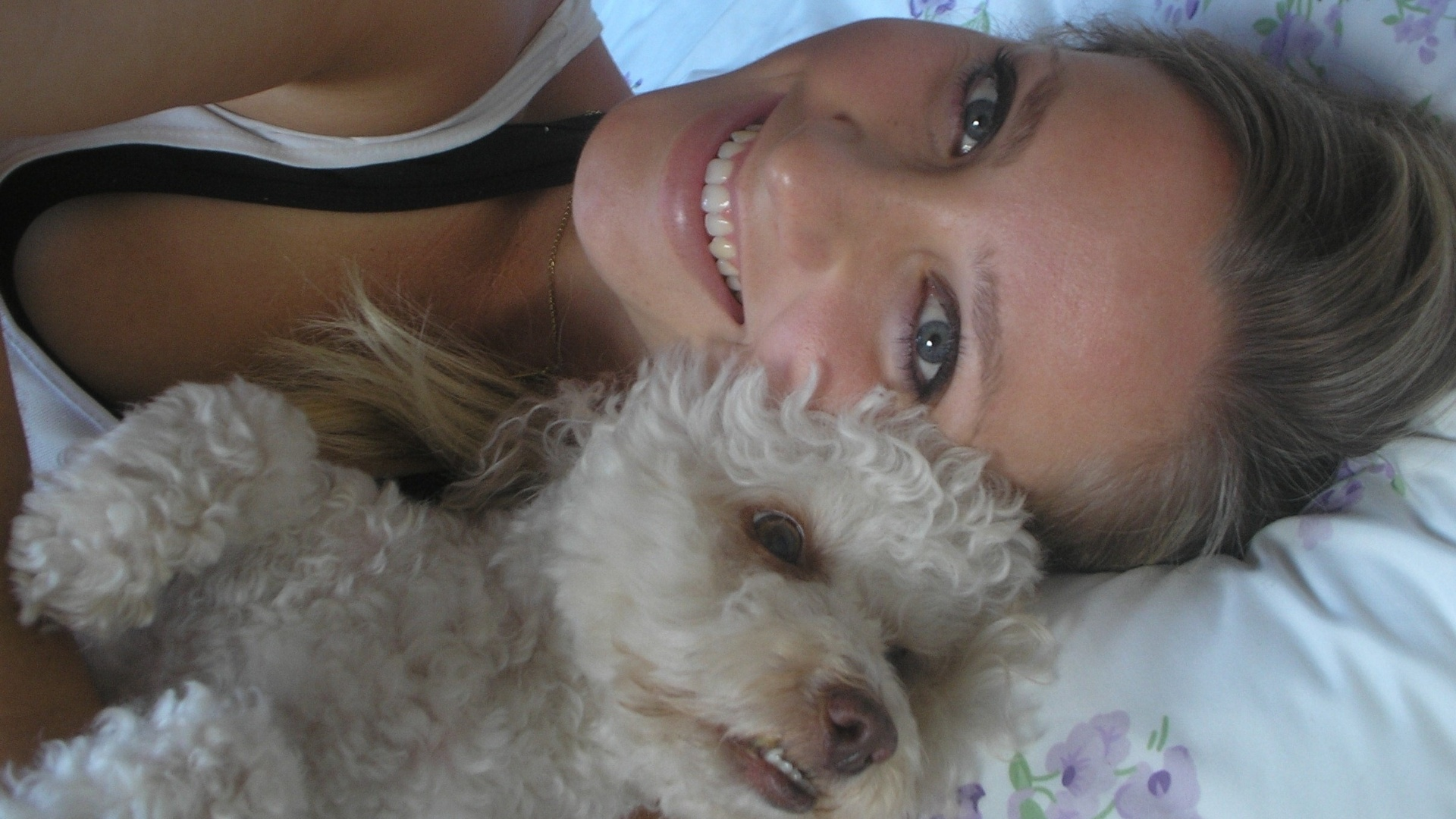 Fernanda Colombo, bandeirinha em Santa Catarina, com o cachorrinho William Bonner