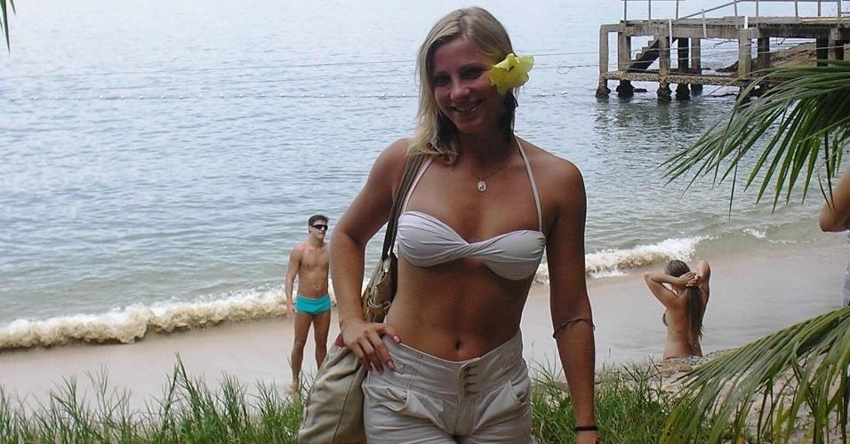 Fernanda Colombo, musa da arbitragem em Santa Catarina, curte tempo livre na praia