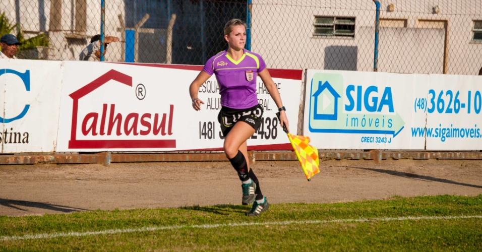 Fernanda Colombo trabalhando como bandeirinha durante jogo do Campeonato Catarinense