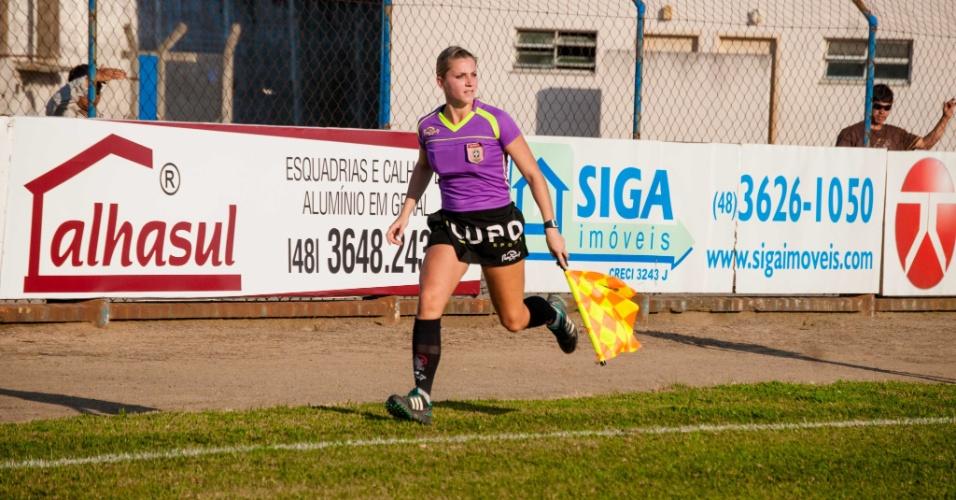 Fernanda Colombo trabalhando como bandeirinha durante partida do Campeonato Catarinense