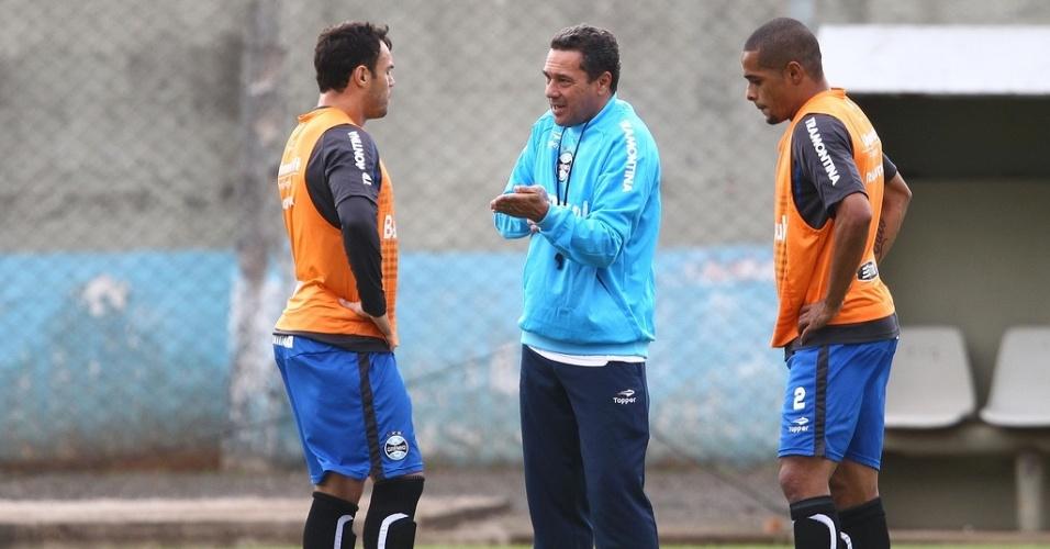Kleber (e) e Welliton (d) conversam com Vanderlei Luxemburgo em treino do Grêmio (18/03/2013)
