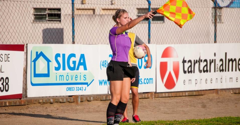 Musa da arbitragem, bandeirinha Fernanda Colombo marca impedimento durante jogo em SC