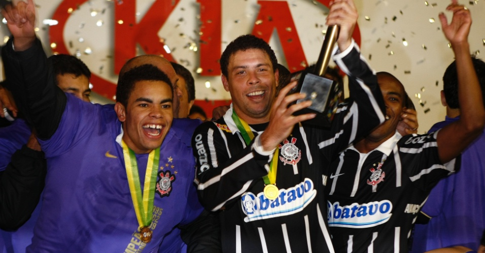 Ronaldo, então atacante do Corinthians, ergue a taça da Copa do Brasil de 2009, ao lado do companheiro Dentinho
