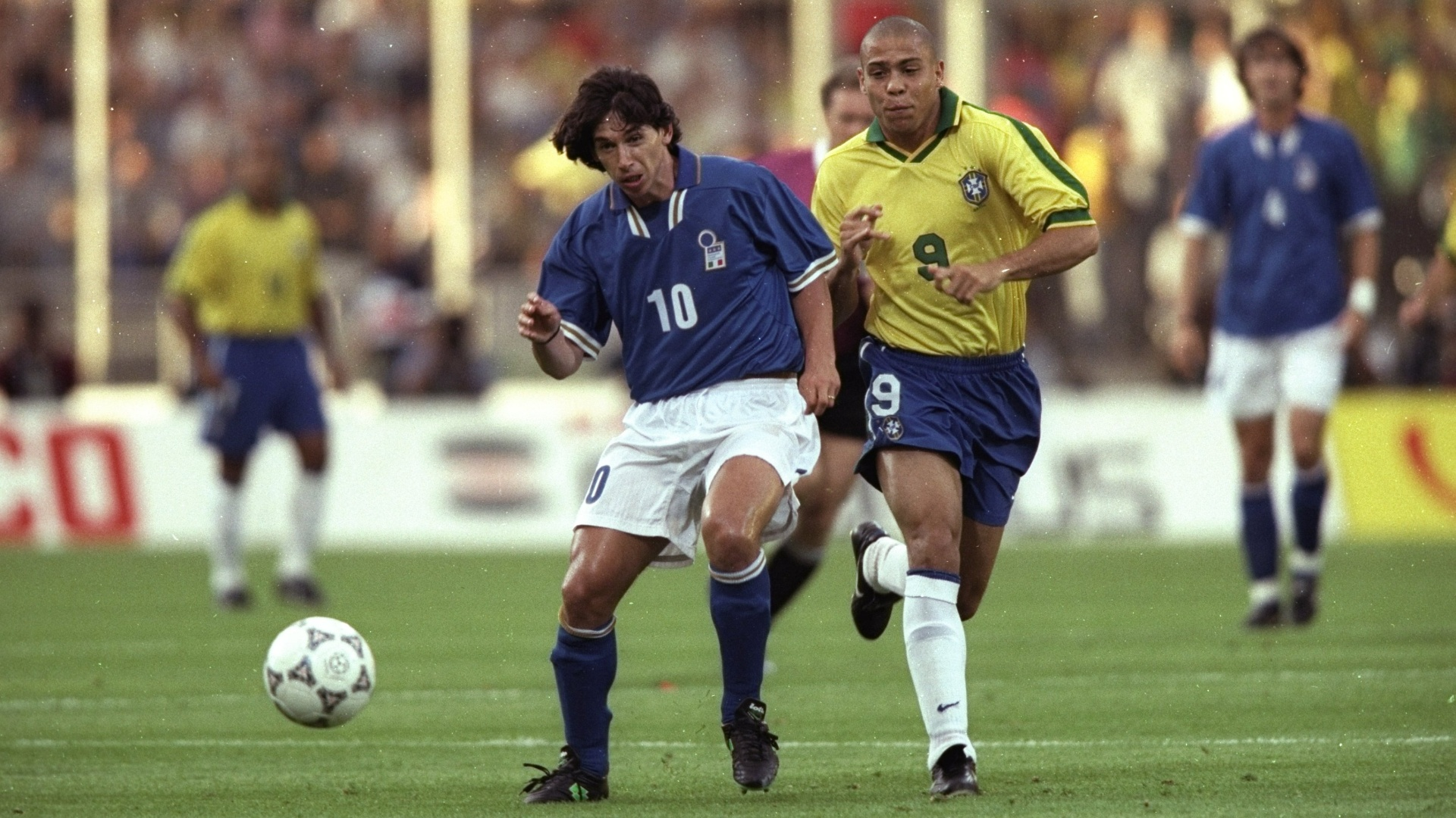 08.jun.1997 - Atacante Ronaldo (dir), do Brasil, disputa bola com Demetrio Albertini, da Itlia, durante amistoso vlido pelo Torneio de Frana