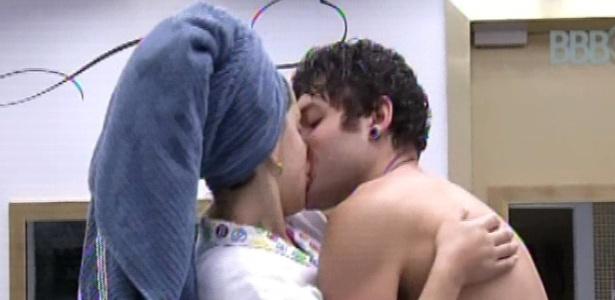 19.mar.2013 - Andressa e Nasser se beijam no quarto do líder