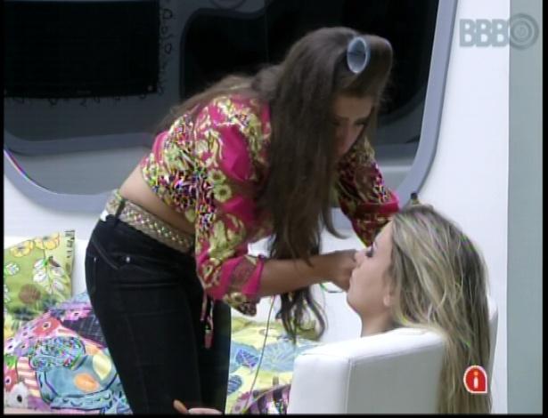 19.mar.2013 - Andressa maquia Fernanda para noite de paredão no