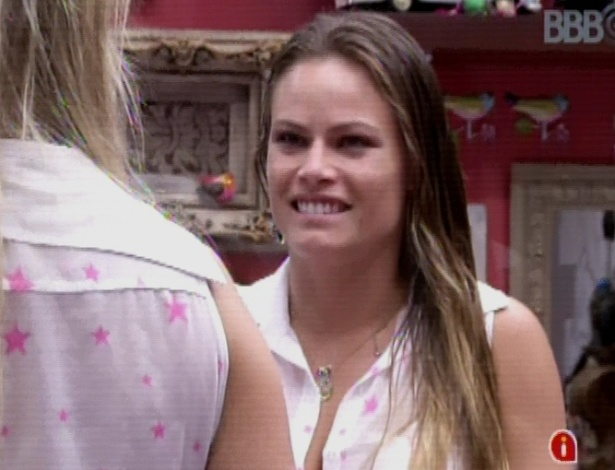 19.mar.2013 - Emparedada, Fernanda dá colar de presente para Natália