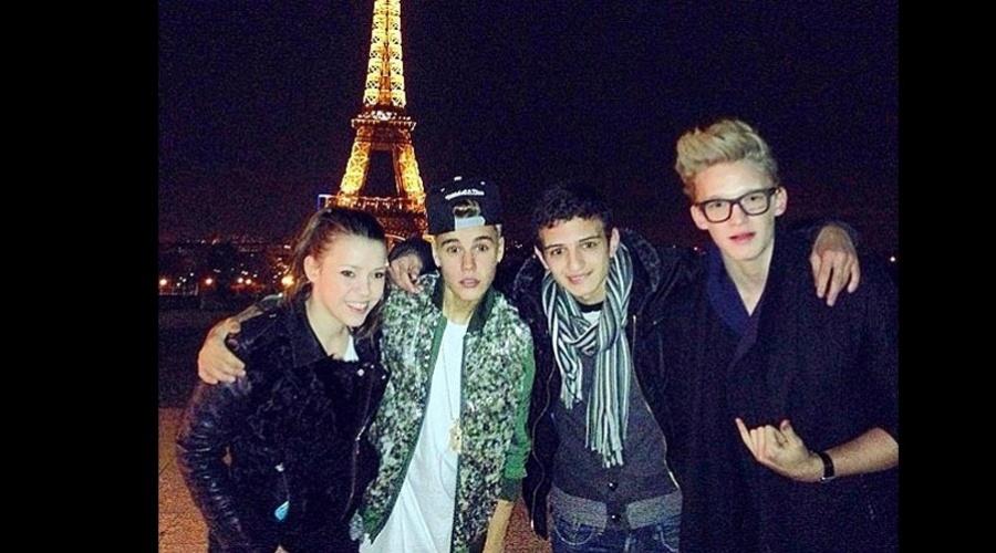 18.mar.2013 - Justin Bieber visitou a Torre Eiffel, em Paris, França, acompanhado de alguns amigos. Segundo nota da revista