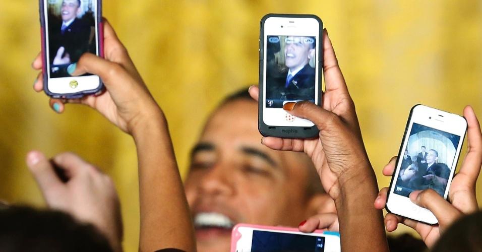 18.mar.2013 - Mulheres fotografam com o celular o presidente dos Estados Unidos, Barack Obama, durante cerimônia na Casa Branca em homenagem ao Mês da Mulher, nesta segunda-feira (18). Os Estados Unidos comemoram em março o Mês da Mulher (Women's History Month, em inglês). A escolha do mês está relacionada ao Dia Internacional da Mulher, comemorado em 8 de março