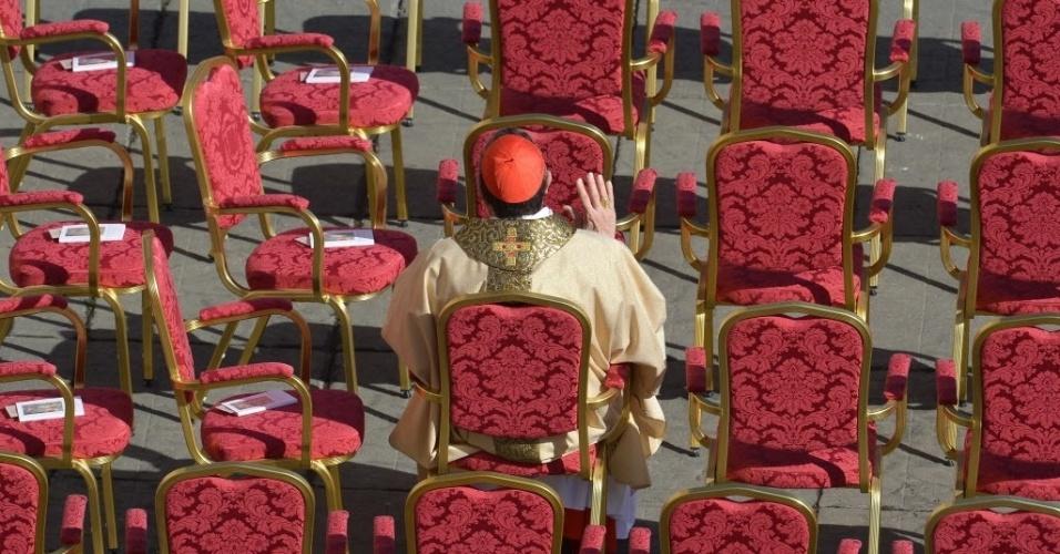 """19.mar.2013 - Cardeal se senta em área reservada, para acompanhar a missa inaugural do papa Francisco, na praça de São Pedro, no Vaticano. Em sua primeira cerimônia, o Sumo Pontífice pediu aos religiosos e chefes de Estado presentes que """"protejam a criação de Deus, os fracos e pobres do mundo"""""""
