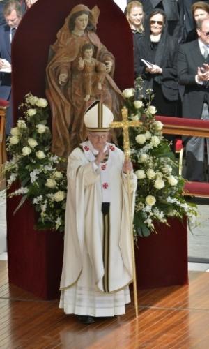 19.mar.2013 - Diante de uma estátua da Virgem Maria com o Cristo, papa Francisco acena para fiéis durante a missa inaugural do Sumo Pontífice, na praça de São Pedro, no Vaticano