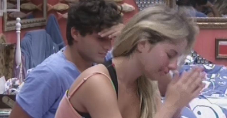 19.mar.2013 - Emparedados, Fernanda e André acordam em dia de eliminação. A sister disse estar com
