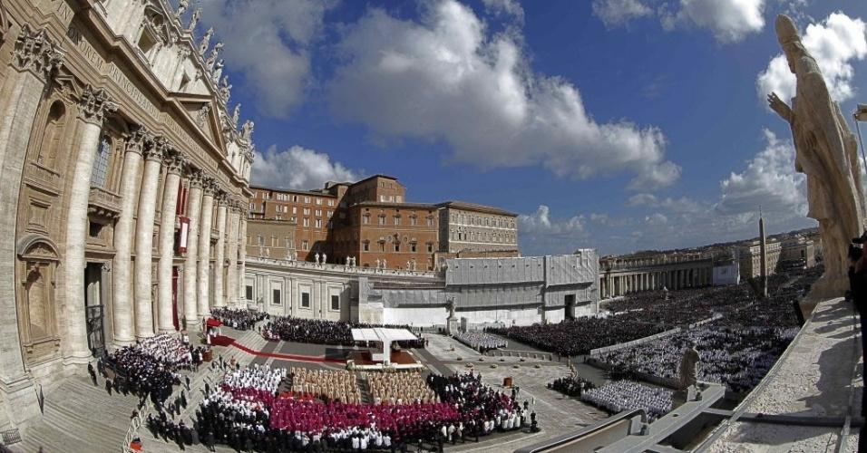 """19.mar.2013 - Fiéis se reúnem na praça de São Pedro, no Vaticano, durante a missa inaugural do papa Francisco. Em sua primeira cerimônia, o Sumo Pontífice pediu aos religiosos e chefes de Estado presentes que """"protejam a criação de Deus, os fracos e pobres do mundo"""""""