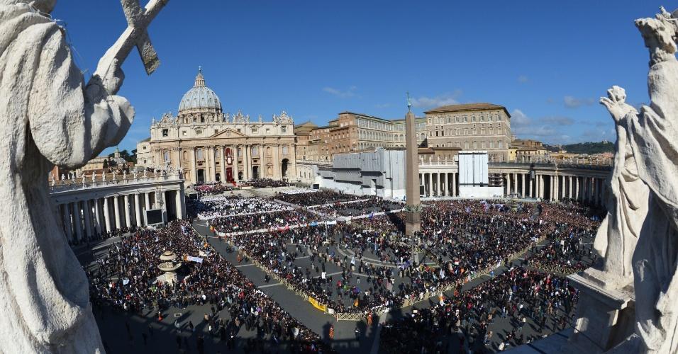 19.mar.2013 - Fiéis se reúnem na praça de São Pedro, no Vaticano, para acompanhar o desfile do papa Francisco a bordo do papamóvel antes do início da missa inaugural de seu ministério petrino