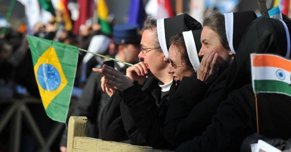 19.mar.2013 - Freiras seguram bandeiras do Brasil e da Índia durante missa inaugural do papa Francisco na praça de São Pedro, no Vaticano