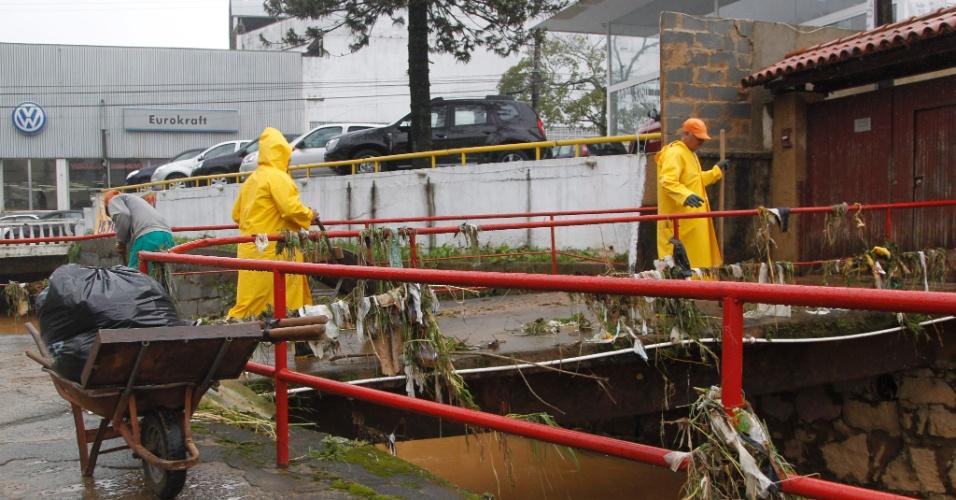 19.mar.2013 - Funcionários da Prefeitura limpam as margens do Rio Quitandinha, em Petrópolis (RJ), que transbordou devido às fortes chuvas que vem castigando a cidade