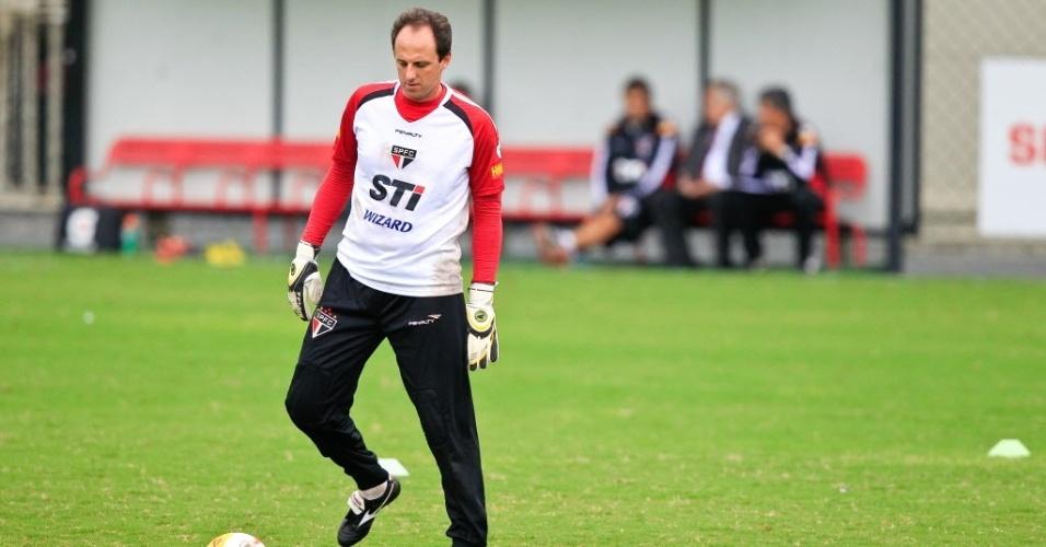 19.mar.2013 - Goleiro Rogério Ceni participa de treinamento do São Paulo no CT da Barra Funda, antes de jogo contra o São Bernardo