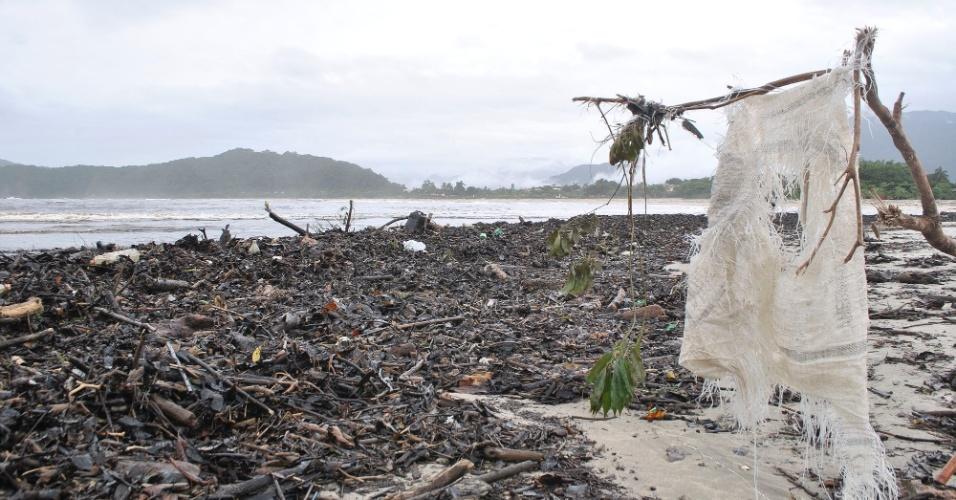 19.mar.2013 - Montanha de lixo toma praia e rio de Barra do Una, em São Sebastião (litoral norte de SP), região fortemente atingida pelas chuvas dos últimos dias. Há mais de mil desabrigados na cidade, que decretou estado de calamidade pública