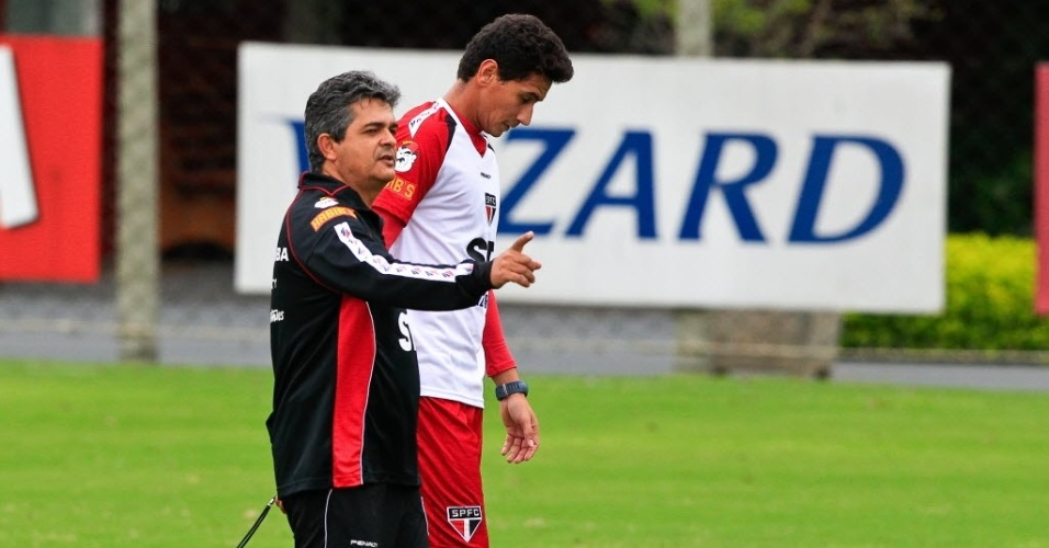 19.mar.2013 - Ney Franco posiciona o meia Paulo Henrique Ganso durante treino do So Paulo