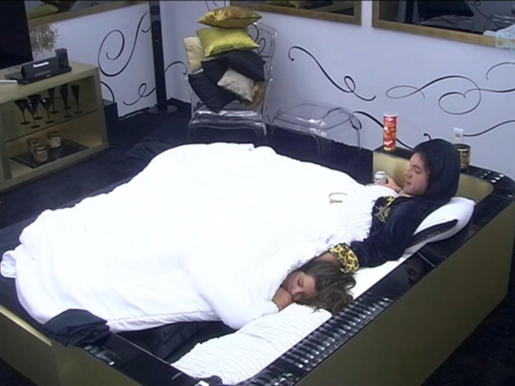 19.mar.2013 - No quarto do líder, Nasser observa Andressa dormir